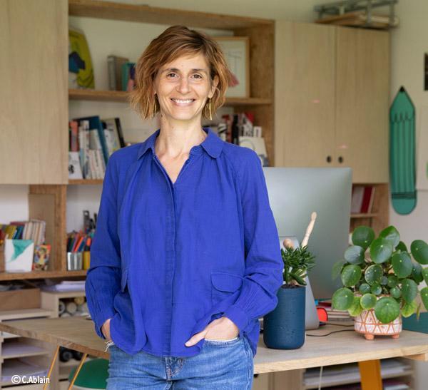 Portrait de Céline Ziwès, illustratrice et facilitatrice graphique, Rennes, France. Crédits photo : Caroline Ablain